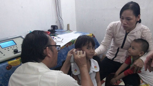 a child getting a hearing screening